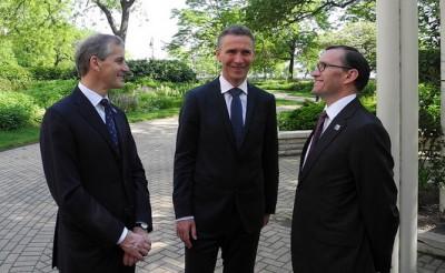 Stoltenberg (center) also has Foreign Minister Jonas Gahr Støre (left) and Defense Minister Espen Barth Eide with him at the NATO summit in Chicago. PHOTO: Statsministerenskontor