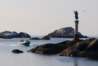 Per Ung's statues also are spread around the country, like this one of a fisherman's wife leading into the harbour at Svolvær in the cod-fishing capital of Svolvær. PHOTO: newsinenglish.no