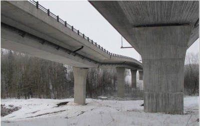 The damaged southbound portion of the E18 highway at Skjeggestad will need to be torn down. Highway officials hope to preserve the undamaged northbound lanes at right. PHOTO: Statens vegvesen