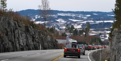 "Long traffic queues on winter weekends, as Norwegians head back and forth to their holiday ""hytter,"" contributes to poor productivity in Norway, argues an accounting executive frustrated by his fellow Norwegians' priority on time away from work. PHOTO: newsinenglish.no"