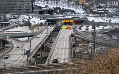 Oslo's complex system of highways and tunnels already is inadequate, within years of being built at huge expense. This photo of the highway leading into the Ekeberg tunnel was taken on a Sunday. On weekdays, traffic here is often standing still. PHOTO: Views and News