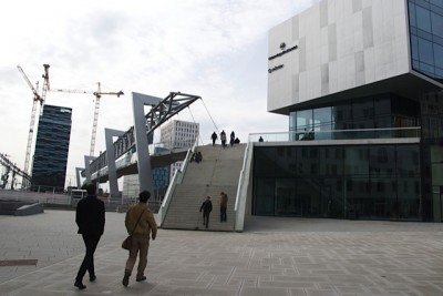 The plaza leading up to the new bridge connecting Grønland and Bjørvika, from the Grønland side. PHOTO: Views and News
