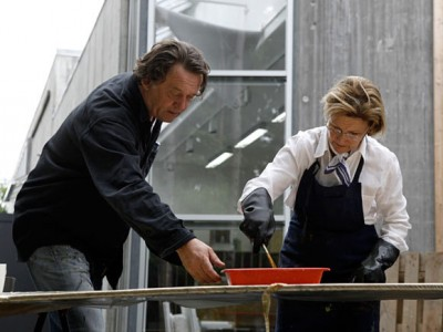 Queen Sonja and artistic collaborator Kjell Nupen hard at work. The graphic prints will be sold in order to raise funds for her majesty's artisan scholarship foundation. PHOTO: Rolf M. Aagaard, Det kongelige hoff)