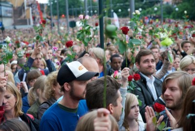 Hundreds of thousands of Norwegians responded with quiet gatherings where they waved roses and later decorated their cities with the flowers. PHOTO: Views and News