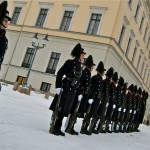 The royals guards seem set to have more things to think about than standing outside the Royal Palace in Oslo. PHOTO: Views and News