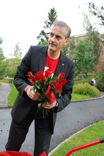 Foreign Minister Jonas Gahr Støre may be more comfortable in his international role than he is on the campaign trail, handing out roses for the Labour Party. He remains one of the stars of the Labour-led government coalition. PHOTO: Arbeiderpartiet