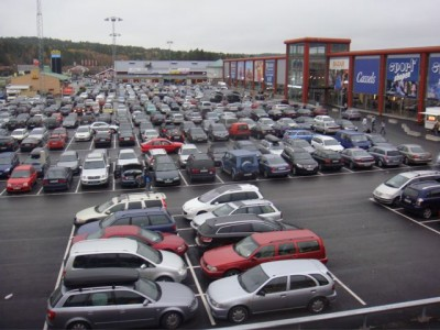 A packed parking lot at the Nordby shopping center in Sweden, just over the border from Norway near Svinesund. Most of the car license plates are Norwegian, and Norwegians have invested heavily in the center. PHOTO: Views and News
