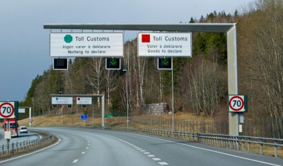 These are familiar signs for Norwegians who drive over the border to shop in Sweden, like here on the E6 highway near Svinesund. PHOTO: Views and News