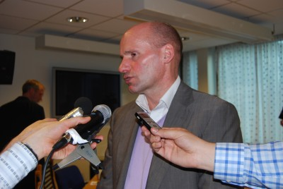Defense attorney Geir Lippestad has learned to become accustomed to reporters putting microphones in front of him. PHOTO: Views and News