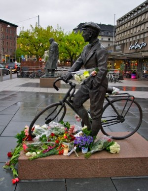 Shortly after the the death of Norwegian war hero Gunnar Sønsteby, flowers adorn his statue, which stands near another of Sir Winston Churchill, seen in the background. PHOTO: Views and News