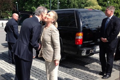 Norway has had close relations with the Clintons regardless of who holds government power. Here is former Norwegian Foreign Minister Jonas Gahr Støre greeting Hillary Clinton when she visited Oslo as US Secretary of State in 2012. PHOTO: Utenriksdepartementet