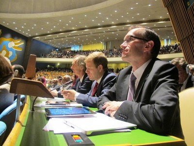 Espen Barth Eide (right) listened intently during the opening sessions of the United Nations this week. Next to him, fiddling with his mobile phone, is Norway's minister in charge of foreign aid Heikki Holmås and, at left, Geir O Pedersen, Norway's ambassador to the UN. PHOTO: Hansine Korslien/UN Delegation