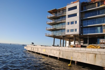 New waterfront flats like these under construction at Tjuvholmen in Oslo are contributing to the higher average prices per square meter. Some of the units at Tjuvholmen are selling for as much as NOK 35 million (nearly USD 6 million). PHOTO: newsinenglish.no