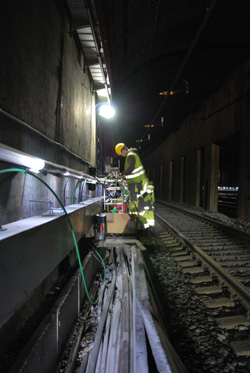 Workers for state railroad Jernbaneverket worked through the night to repair cables damaged during a fire in the main tunnel running under Oslo over the the weekend. PHOTO: Jernbaneverket/Ragnhild Aagesen