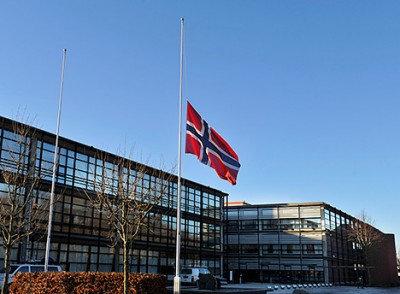 Flags at all Statoil facilities were lowered to half-mast at noon on Monday and will remain there for one week, in honour of the company's five missing employees feared killed in the attack on a gas plant in Algeria. PHOTO: Statoil/Harald Pettersen