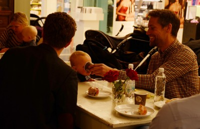 It's become increasingly common for men in Norway to take the full amount of paid paternity leave to which they're entitled, but some are also having trouble striking the right balance between home and work. PHOTO: Barne-, likestillings- og inkluderings departementet/regjeringen.no