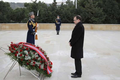 Norwegian Foreign Minister Espen Barth Eide paid his respects to late president of Azerbaijan and then secured a meeting with the late president's son who now rules the country where Norwegian firms have major business interests. PHOTO: Utenriksdepartementet