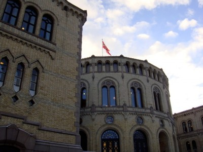 The Norwegian Parliament (Stortinget) was under heavy armed Wednesday morning, with all surrounding streets cordoned off, after a man threatened to blow up the building. PHOTO: newsinenglish.no