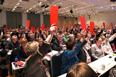 Labour Party delegates voting at the end of their national meeting over the weekend. A majority approved a compromise measure to study the consequences of oil exploration and drilling off Lofoten, but the issue of actual  drilling will be up for more debate at the next meeting in 2015. PHOTO: Arbeiderpartiet