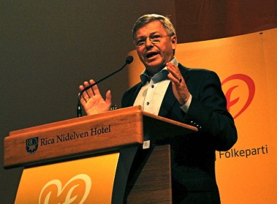 Former KrF leader Kjell Magne Bondevik, a former prime minister when KrF had much more voter support than it does now, received a warm welcome at the party's national meeting. He urged KrF to cooperate with all the non-socialist parties as it tries to rebuild and gain government power. PHOTO: Kristelig Folkeparti