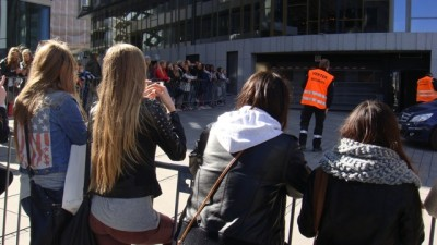 Norwegian fans of Justin Bieber spent hours waiting outside a fancy new hotel at Tjuvholmen where they thought Bieber was staying on Wednesday. At least it had stopped raining. PHOTO: newsinenglish.no