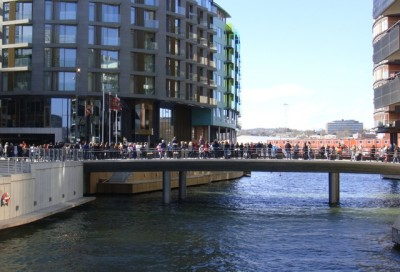 Justin Bieber's fans crowded around the entrance to this new hotel at Tjuvholmen on Wednesday, and an incident involving one of Bieber's drivers on the bridge over the canal upset Oslo police. PHOTO: newsinenglish.no