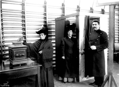At the parliamentary election in 1909, women of the bourgeoisie and middle class were entitled to vote for the first time. PHOTO: Norsk Folkemuseum