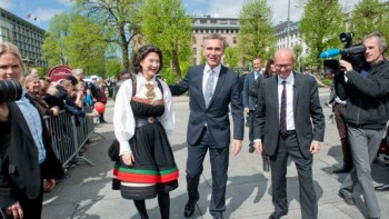 Prime Minister Jens Stoltenberg (center) attended the opening of the Bergen International Festival instead of the king and queen this year. At left, festival board leader Åse Kleveland and at right, festival director Anders Beyer. PHOTO: Statsministerens kontor/Scanpix