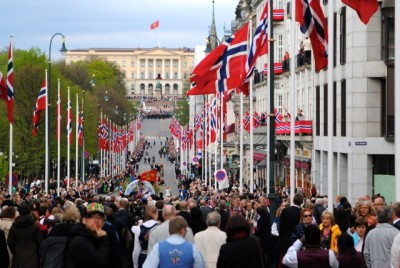 Oslo's main boulevard that leads up to the Royal Palace, called Karl Johans Gate, was once again full of folks on Friday as the traditional parade marched up to the palace to greet the royal family who, true to tradition, waved from the balcony. PHOTO: newsinenglish.no
