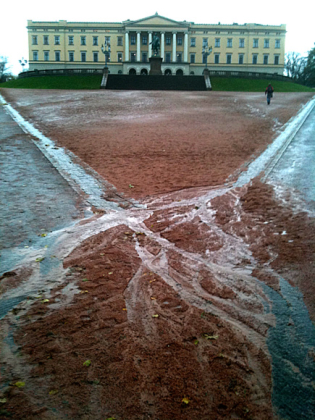 On rainy days, the gravel-covered grounds around the palace get rutted and the sand and gravel covering them runs down the hill from the palace towards the street below. PHOTO: kongehuset.no