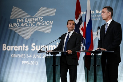 Prime minister Jens Stoltenberg summing up the Barents summit with Russia's Dmitry Medvedev, left, and other regional leaders. PHOTO: Utenriksdepartementet