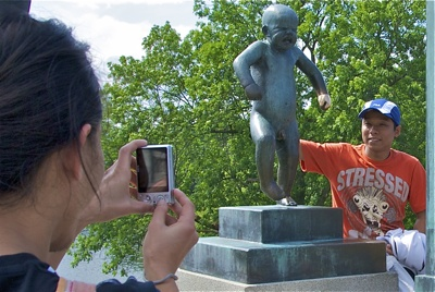 Plenty to smile about at toruist attractions like Oslo's Vigeland pro, but almost half of the Chinese tourists leave Norway unhappy with their experience. PHOTO:  newsinenglish.no