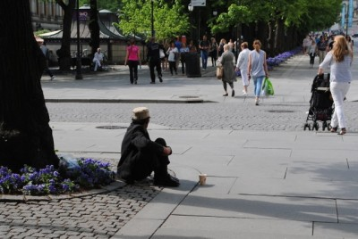 There aren't as many Roma beggars in Oslo as expected this summer, but more are turning up in smaller towns around the country. PHOTO: newsinenglish.no