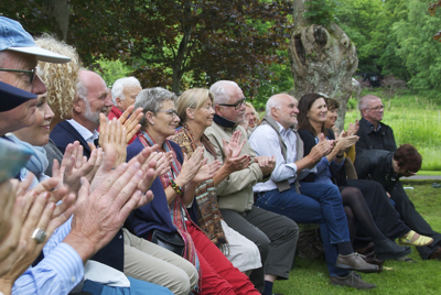 """Solid applause at the Engø gardens. But some politicians find the Vestfold festival """"too narrow."""" PHOTO: newsinenglish.no"""