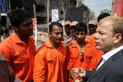 Development minister Heikki Holmås meeting with rescue workers at Rana Plaza, the factory building in which 1124 people died when it collapsed on April 24. PHOTO: Trond H. Glomnes Rudi, UD
