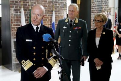 Newly promoted Admiral Haakon Brrun-Hanssen was appointed Norway's new Chief of Defense on Friday, succeeding General Harald Sunde, standing here next to Defense Minister Anne-Grete Strøm-Erichsen of the Labour Party. PHOTO: Forsvarets mediesenter / Torbjørn Kjosvold