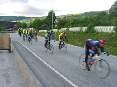 Police suspect sabotage with thumbtacks against the major Styrkeprøven bcycling race. This photo from highway E6 at Hundorp is from an earlier race. PHOTO: Wikimedia Commons