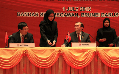 Foreign Minister Espen Barth Eide and his Vietnamese colleague Pham Binh Minh with local assistants signing a Norway-ASEAN amity treaty in Brunei.  PHOTO: Utenriksdepartementet