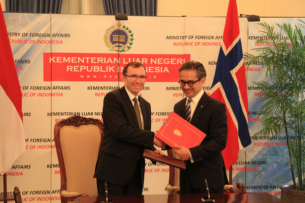 Foreign Minister Epsen Barth Eide and his Indonesian colleague Marty Natalegawa signed a cooperation  agreement in Jakarta on Wednesday. PHOTO: Utenriksdeaprtementet/Astrid Sehl