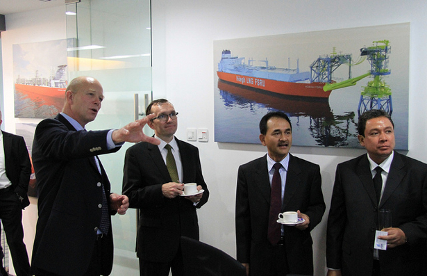 Norwegian and Indonesian officials attended the opening of Høegh LNG's new office in Jakarta omn Wednesday. Ragnar Wisløff, head of Höegh LNG Asia, introduced his operation to Foreign Minister Espen Barth Eide,  utenriksminister Eide and Edy Hermantoro, director of Indonesia's Energy and Mineral Resources Ministry. PHOTO: Utenriksdepartementet/Astrid Sehl