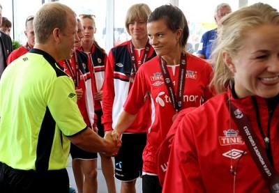The Norwegian women's national football team was met by fans, including development minister Heikki Holmås. PHOTO: Utenriksdepartementet/Astrid Sehl