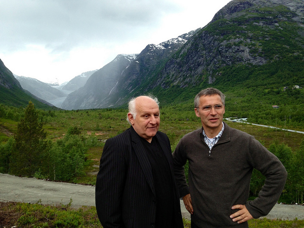 Posing in front of the scenic Nigarsbreen glacier, Prime Minister Jens Stoltenberg opened a new visitor's center at Breheimen on June 24. It's Norway's largest glacier area and also the biggest in mainland Europe. The center is headed by Peder Kjærvik (left). PHOTO: Statsministerens kontor