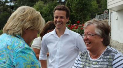 Conservatives' leader Erna Solberg (left) was the first to hit the campaign trail this week, visiting Christian Democrats' leader Knut Arild Hareide (center) and his mother at Hareide's parents' home on the West Coast. PHOTO: Høyre