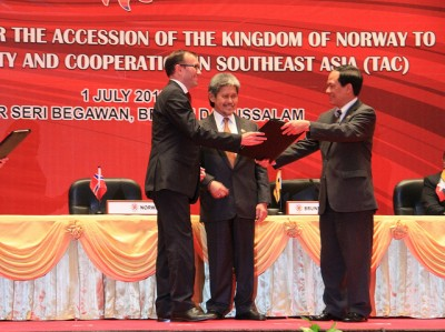"""Norway was officially joining a """"peace and cooperation"""" agreement at ASEAN, but behind the scenes, Foreign Minister Espen Barth Eide (left) was mending relations with his Chinese counterpart. PHOTO: Utenriksdepartementet"""