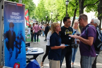 Members of the Progress Party (Fremskrittspartiet, Frp) campaigning on Oslo's main boulevard, Karl Johans Gate. This photo was taken just before news broke about Frp's latest proposals to curb immigration, PHOTO: newsinenglish.no