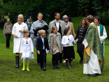 Crown Princess Mette-Marit (at left, in white) arrived for the special outdoor church service in rubber boots, as did most of the other members of her family. PHOTO: kongehuset.no/NTB Scanpix