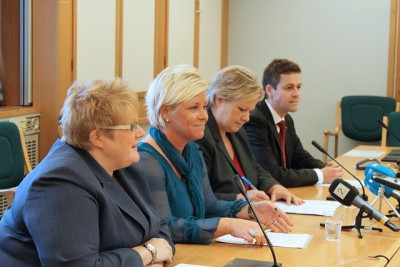 This rare joint press conference of the four non-socialist party leaders, held to criticize the now-defeated left-center government's handling of hospital reforms, marked the first time they mounted a common front. Now they're getting together again, in the hopes of hammering out a coalition government platform after collectively winning a majority in last week's election. From left: Trine Skei Grande of the Liberal Party (Venstre), Siv Jensen of the Progress Party (Fremskrittspartiet, Frp), Erna Solberg of the Conservative Party (Høyre) and Knut Arild Hareide of the Christian Democrats (Kristelige Folkeparti, KrF). PHOTO: Reynir Johannesson/Frp