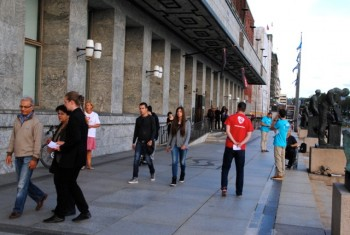 There was a steady stream of voters outside the polling place at Oslo City Hall on Monday, but most voters used their own local precincts. PHOTO: newsinenglish.no