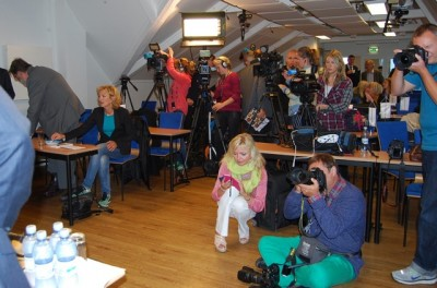 The Progress Party's press conference was packed, but Norwegian press far outnumbered the foreign press that the party was trying to reach. PHOTO: newsinenglish.no/Nina Berglund