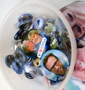 Høyre campaign buttons at its stand on Karl Johans Gate in Oslo, with one of the featuring Solberg getting a kiss from Oslo Mayor Fabian Stang. PHOTO: newsinenglish.no